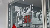 Bílý a červený text na skleněném okně s nápisem jarní výprodej ušetřit 50%