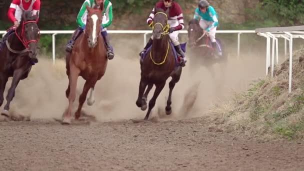 Pferderennen auf der Sommer-Rennstrecke. Reiter auf Pferden durchlaufen eine Wendung. Slow-motion