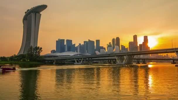 Singapore. Centro con due ponti, grattacieli e Sand Hotel. Tramonto dorato e illuminazione notturna bella. Lasso di tempo