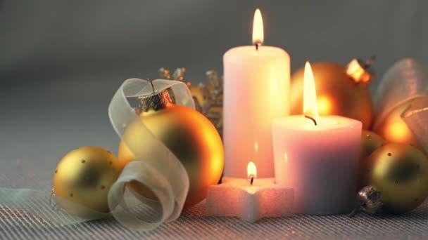 Weihnachten-Stillleben. Goldene Kugeln, Bändern und brennenden Kerzen