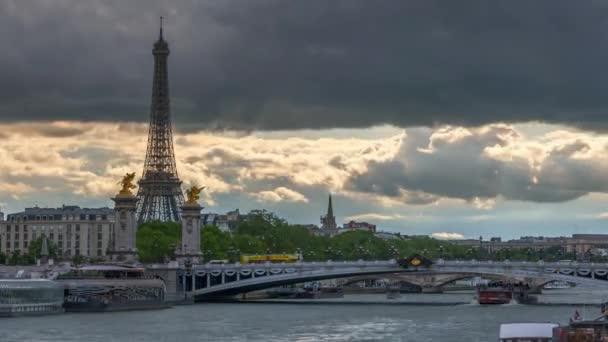 Francie. Paříž. Silné mraky a sluneční paprsky. Doprava na Seinu, na mostě a po nábřežích. Časový výpadek