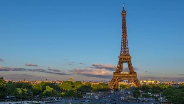 Francie, Paříž-28. května 2019: letní večer. Mraky se rychle spouštějí. Doprava poblíž Eiffelovy věže. Rozsvítí se večerní světla. Časový výpadek