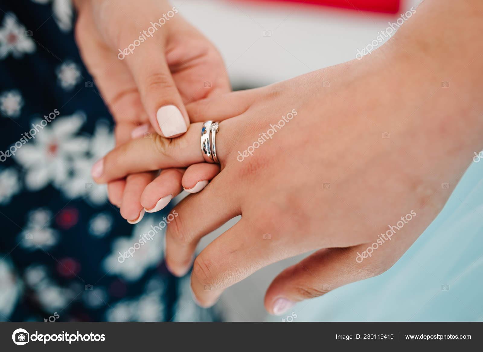 f0c8d9202ae2 La chica de la despedida de soltera muestra su anillo de compromiso. Anillo  de bodas de primer plano de la novia — Foto de ...