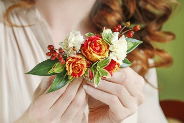 How to make a hair clip with fresh roses, carnations and leaves,