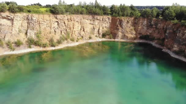 Modré jezero v centru lomu.4K, UHD, Kino, Letecké záběry