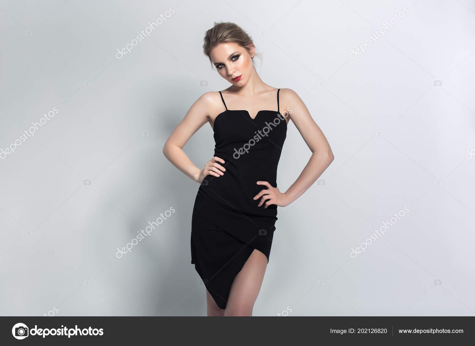 8e3d6a7afa3 Portrait Beauté Modèle Sur Petite Robe Noire Surligneur Brillant Fashion–  images de stock libres de droits