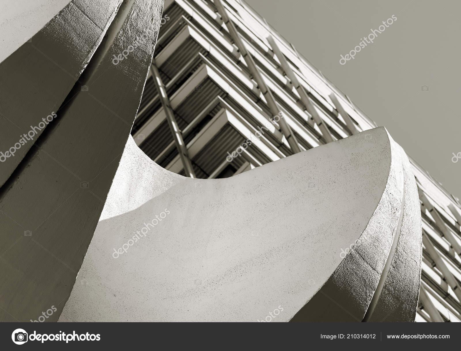 Kantoorgebouw het centrum van berlijn met betonelementen bij ingang