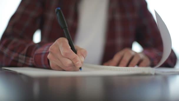 Közelkép a férfi kezét, jegyzeteket notebook