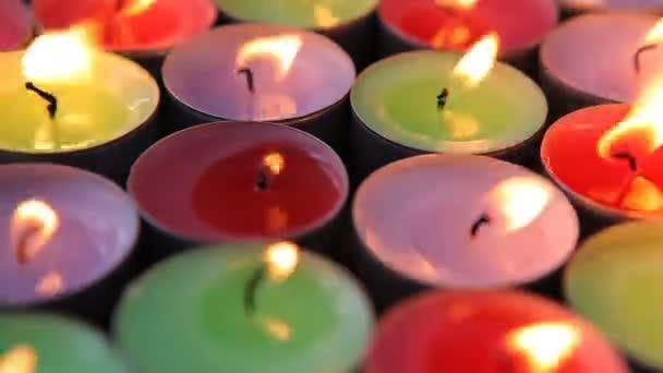 Mnoho dekorativních svíček