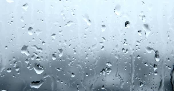 Primo piano di gocce dacqua sul vetro, pioggia