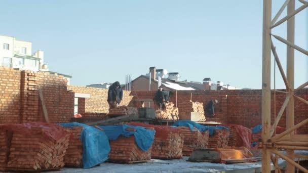 stavební dělníci na staveništi