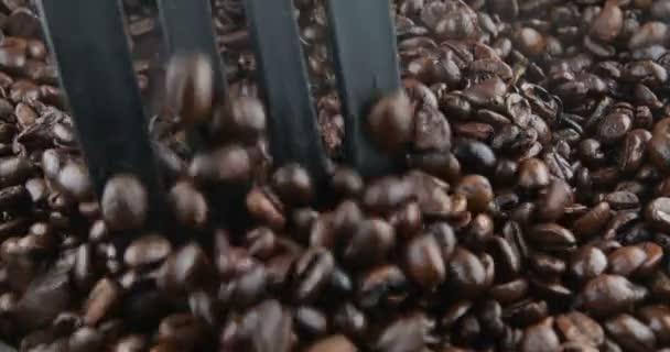 Kávová zrna jsou pečené na pánvi