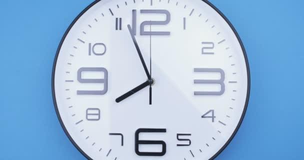 Rövid idő telik el az órarccal