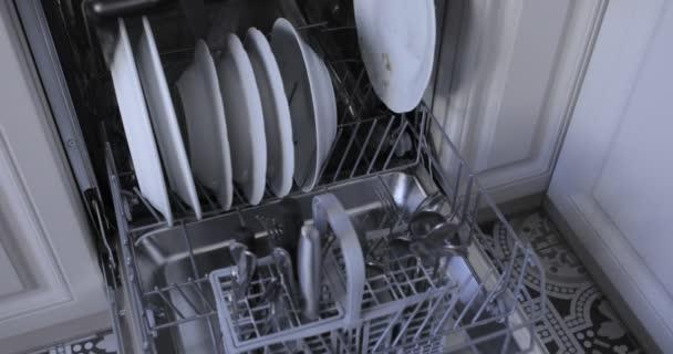 Naložení automatické myčky nádobí špinavým nádobím
