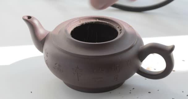 Kochendes Wasser in eine Teekanne gießen