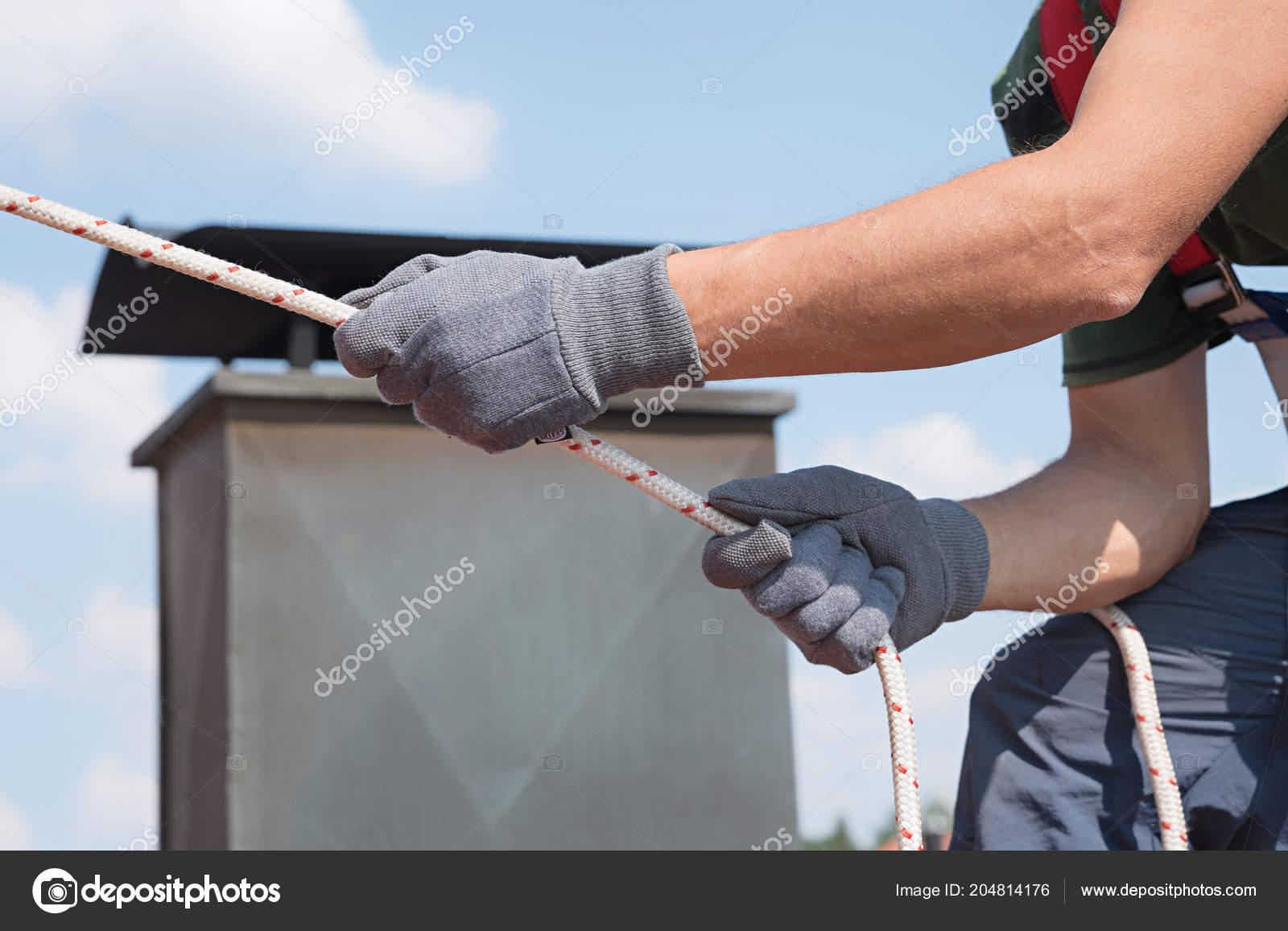 Klettergurt Seil : Menschen verwenden sicherheitsausrüstung seil handschuhe und