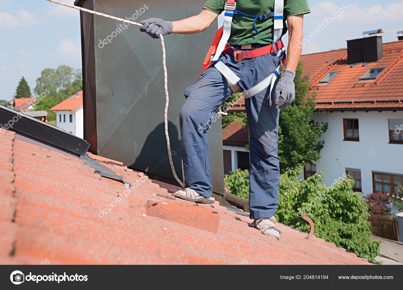 Klettergurt Aus Seil Machen : Rock kletterers stand an der spitze zu klettern mit seil und