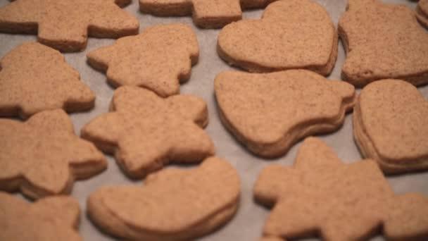 Közeli kép a kész mézeskalács cookie-kat is feküdt az asztalon kész mázzal bevont