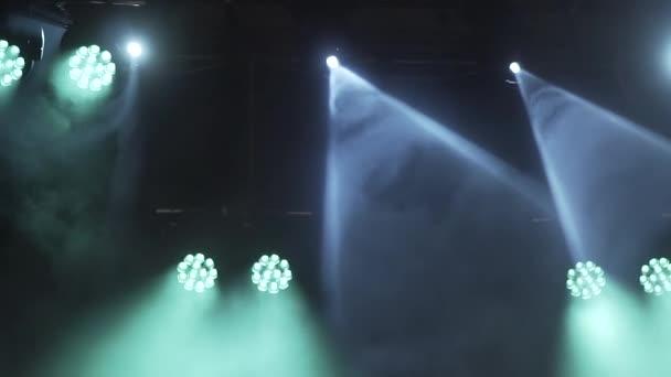 Színpad világítás be van kapcsolva a koncerten hunyorgó, és sütött. A füst a fény kúp. Nagy koncert világos háttér a szabadban. 1080p felbontás 30 fps