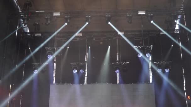 Fázi rozsvítí se během koncertu bliká a svítí. Kužele světla v kouři. Velký koncert venku světlé pozadí. rozlišení 4 k 30 fps