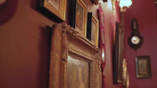 Vintage festmények a falon retro keretben