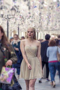 Öğleden sonra şehir etrafında yürüyüş güzel kız