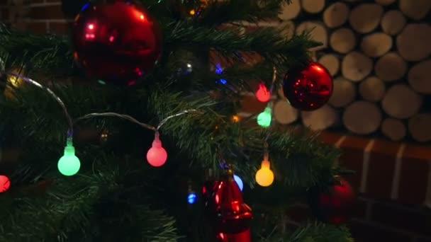 Vánoční stromeček s lesklé dekorace a barva světla closeup. Čas strávený s rodinou slavnostní přípravy začíná znovu.