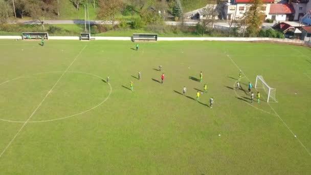 Laško, Slovinsko, 2018.10.21: Anténa: děti hrají fotbal hra, přičemž volný kop a bodování cíl