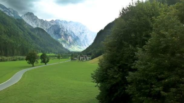 Anténa: Létání před krásné zelené údolí Logarska ve Slovinsku. Natočeno na výletě v Logarska dolině v Slovinsku