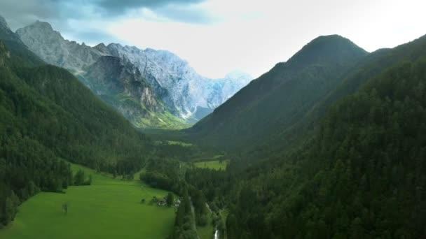 Légi: Repülő magas, gyönyörű zöld Logarska völgy, ami Szlovénia. Forgatták a kirándulás, a Logarska dolina-völgy, ami Szlovénia.