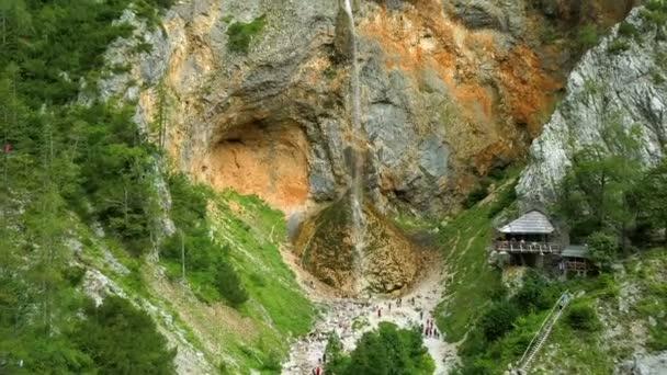 Anténa: Létání před vodopádem Rinka s dřevěnou chatku názvem Eagles nest na bok