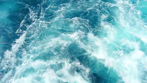 Bílá pěna mořská voda vychází z trajektu lodi proudové napájení motoru. Natočeno na dovolenou výlet do chorvatské ostrov Pašman.