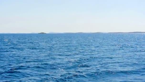 Pohled za velké plachetnice v Jaderském moři v hd. zpomalené Filmed na plavbu v Chorvatsku v pomalém pohybu hd.