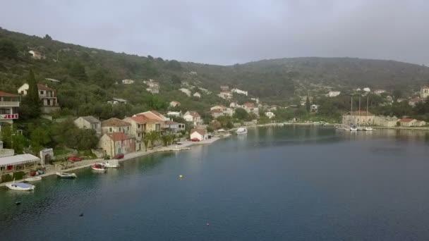 Drvenik Veli, Chorvatsko, 26.4.2018: Anténa: Drone flying v přední části prostoru hlavního města. Spousta starých starých tradičních rybářských domů. Natočeno na plavbu v Jaderském moři v Chorvatsku