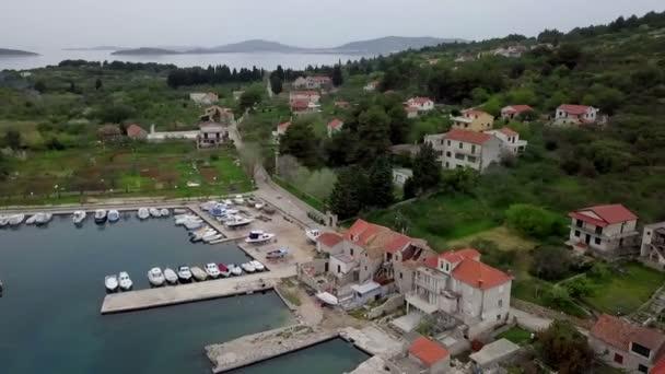 Anténa: Dron obrací zhruba přes vesnici Prvic Luka na chorvatský ostrov Prvic. Lodě zaparkované v krásném městě marina. Spousta starých starých tradičních rybářských domů. Natočeno na plavbu v Jaderském moři v Chorvatsku