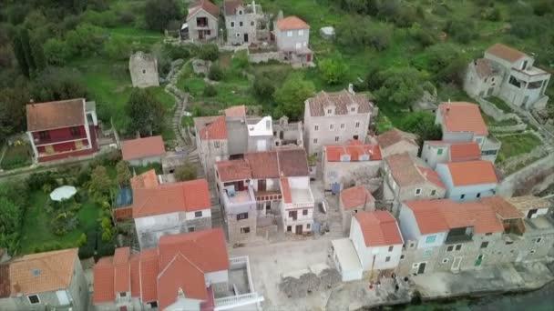Anténa: Létající dolů před malé vesnici Luka Prvic na chorvatský ostrov Prvic v Dalmácii. Lodě zaparkované v krásném městě marina. Spousta starých starých tradičních rybářských domů. Natočeno na plavbu v Jaderském moři v Chorvatsku