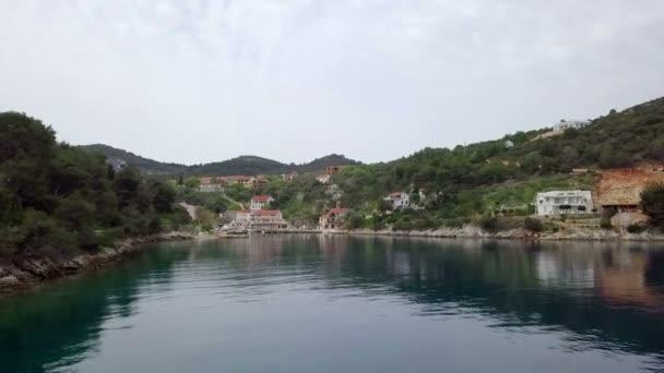 Anténa: Mířící k malé krásné modré laguny green bay. Natočen během plavby v Chorvatsku, Ostrov Dugi otok za vesnice Sali na modré Jaderské moře