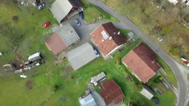 Antenna: Drone repül át kis farm szlovén hegyekben. Reggel a nap jön ki a filmezés.