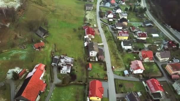 Légi: Repül át állandó a környéken. Családi házak, sok-sok zöld fű.