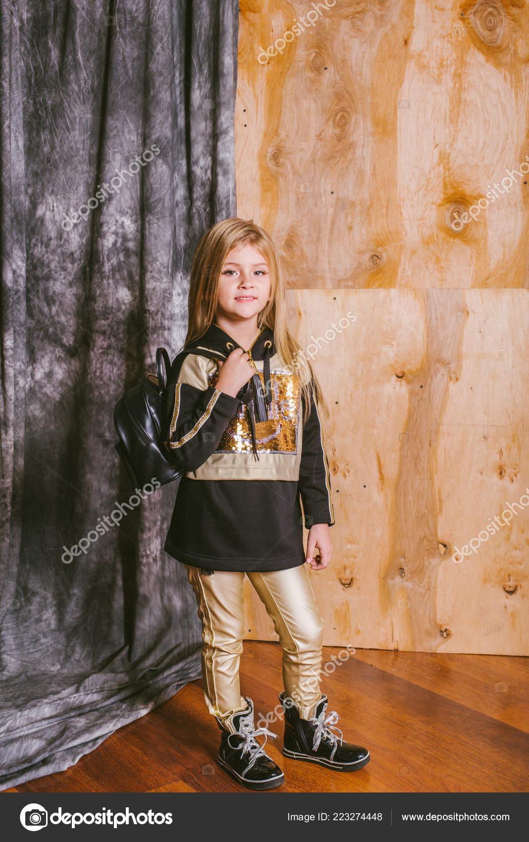 Kleine Süße Mädchen Mit Blonden Haaren Modischen Leggings Mit Gold