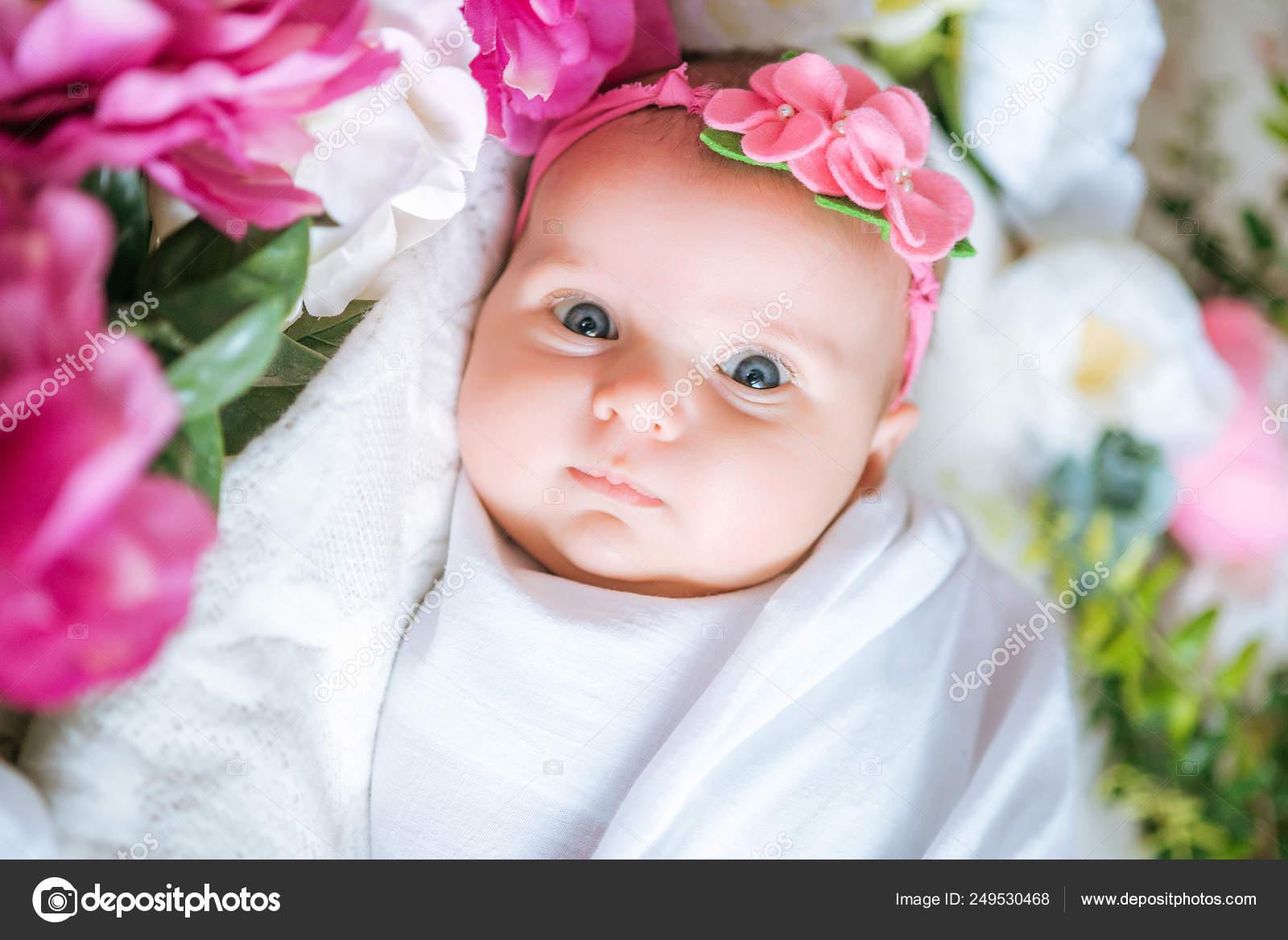 f5fea0fe7b Newborn Baby Flower Dressing Lies Spring Flowers — Stock Photo ...