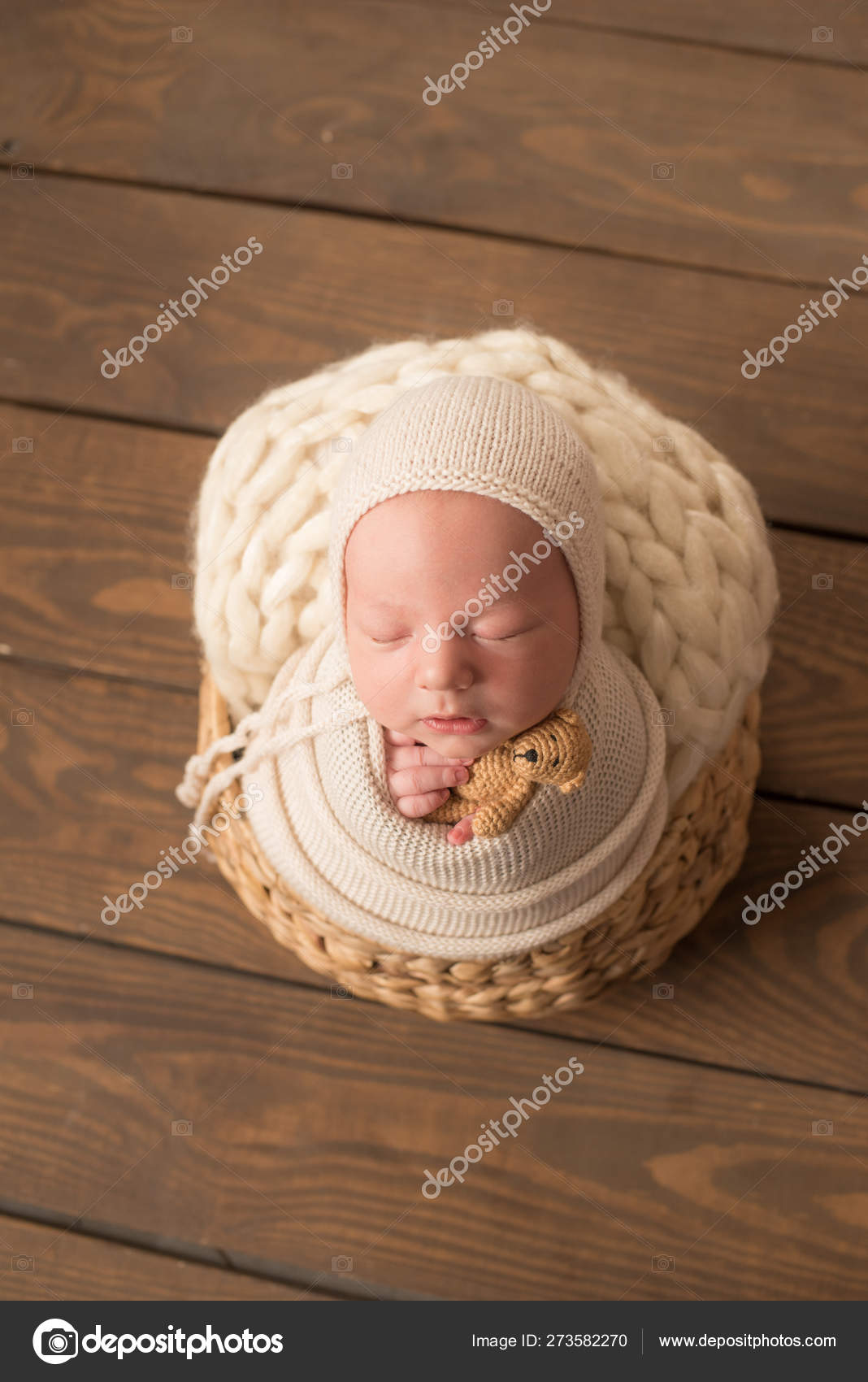 Canasta De Recien Nacido.Dulce Bebe Recien Nacido Duerme Una Canasta Hermoso Muchacho