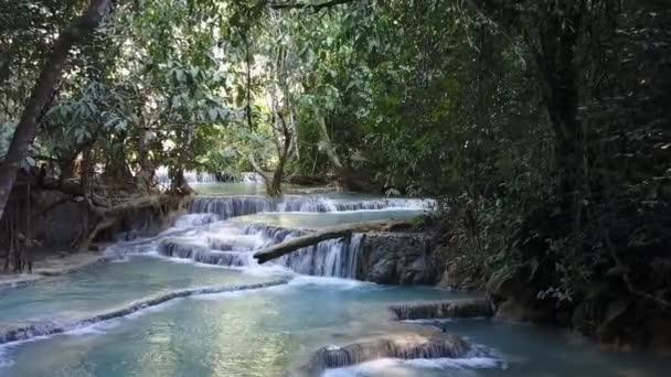 Slavný vodopád Kuang Si v Laosu s bazénem tyrkysové barvy.