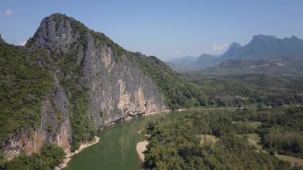 Řeka Mekong v Laosu a hornatý obzor v dálce. Létání v překrásné tropické krajiny. Letecký snímek