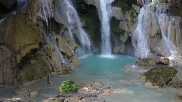 Vodopád fondy tyrkysové barvy, tvořená vodami vodopád Kuang Si v Laosu. DRONY shot.