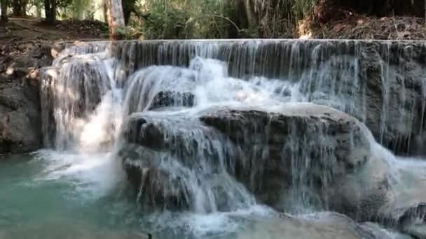 Voda padající na Kuang Si Falls v Luang Prabang, Laos.