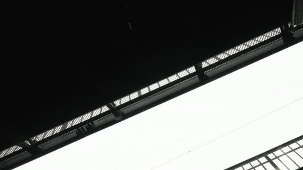 Jízda přímo pod městskými mosty s kapkami na dešti padajících z bílého přelité oblohy