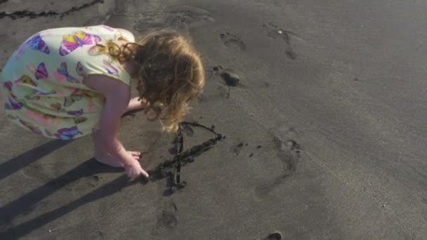 Sledování dětí Veselý obličej na pláži písek