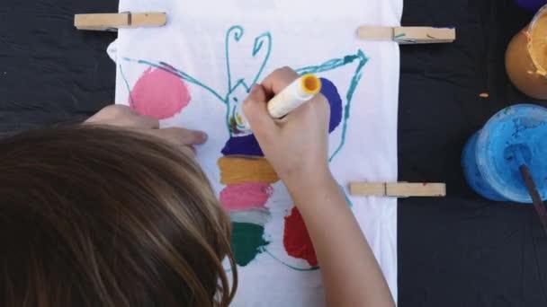 Gyerek pillangó Festés fehér felületen
