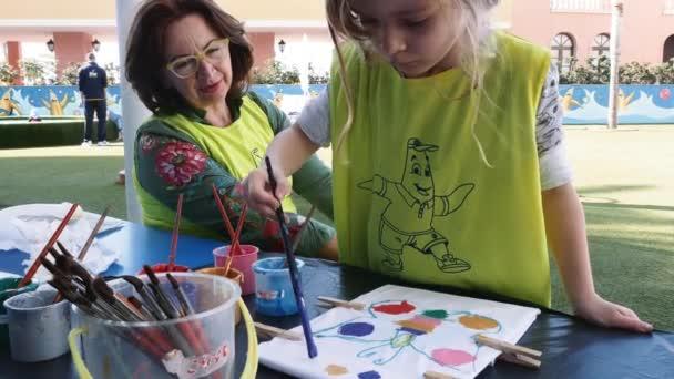 Gyermek festészet szabadban és nagymama figyel